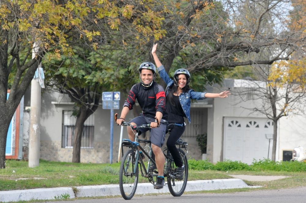 Pareja venezolana viaja por el país en una bicicleta doble